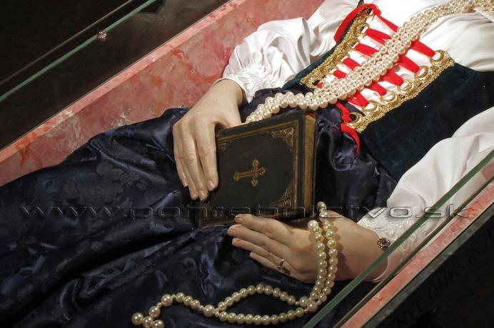 740584125 Ukladanie mŕtvych do truhly a jej následné vkladanie do hrobovej jamy je vo vidieckom  prostredí na Slovensku záležitosťou pravdepodobne konca stredoveku, ...