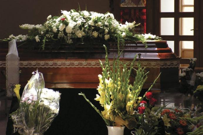 0c2667072 Avšak ani poslednú rozlúčku so zosnulým, si bez kytíc a vencov nevieme  predstaviť. Tradícia kladenia ozdobných vencov na hrob sa objavuje už v  17.stor.