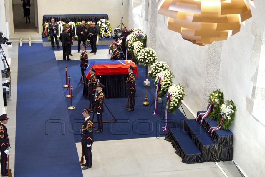 d17ed46d7 Rytierska sála s vystavenou rakvou bývalého prvého prezidenta SR Michala  Kováča