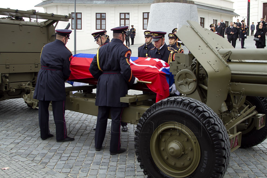 666793867 Príslušníci ČS PR SR umiestňujú rakvu s prezidentom na lafetu húfnice