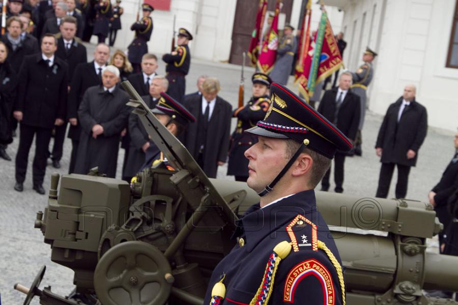 1663d311f V pozadí sa na činnosť ČS PR SR prizerajú hostia pohrebného sprievodu